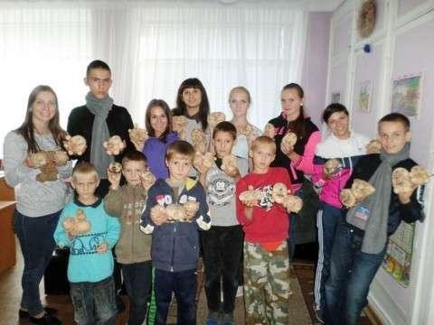 вироблення подарунків для дітей зі Сходу